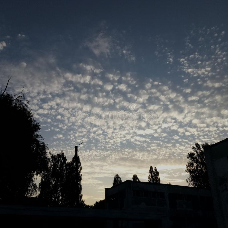 O céu mágico sobre o jardim de infância imagens de stock