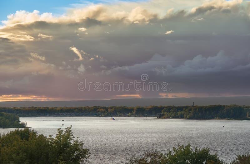 O céu muito bonito da noite no por do sol sobre o grande russo rive Volga & x28; Setembro de 2016 & x29; fotos de stock royalty free