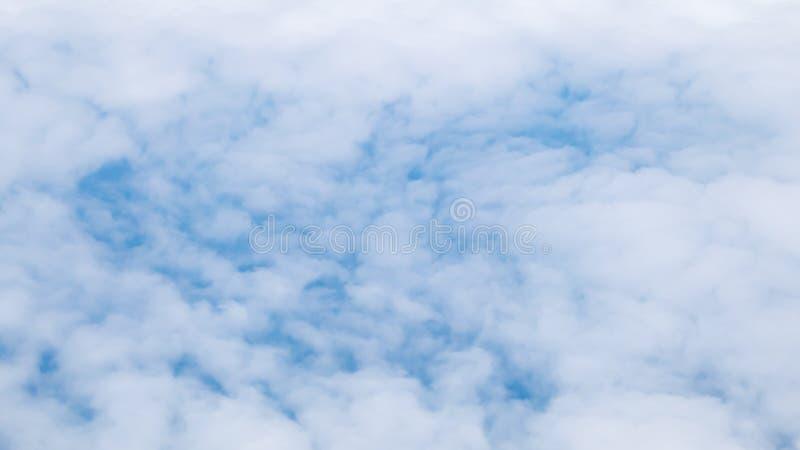 O céu nebuloso e azul bonito fotografia de stock