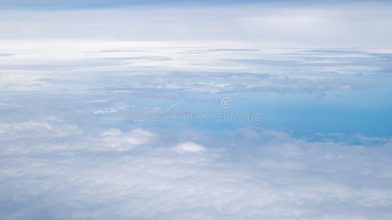 O céu nebuloso e azul bonito foto de stock