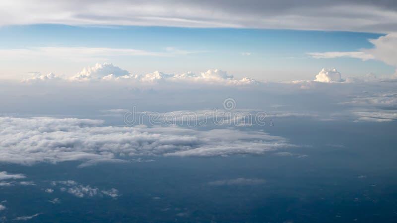 O céu nebuloso e azul bonito cedo dentro na noite foto de stock royalty free