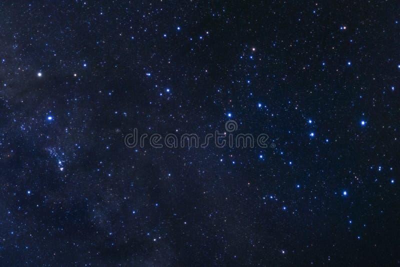O céu noturno estrelado, a galáxia da Via Látea com estrelas e o espaço espanam dentro