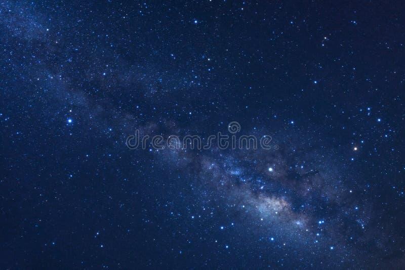 O céu noturno estrelado, a galáxia da Via Látea com estrelas e o espaço espanam dentro fotos de stock
