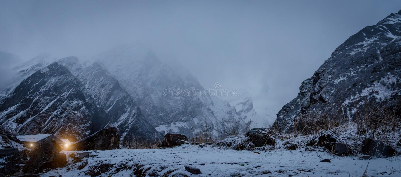 O céu noturno na neve e a cordilheira ajardinam com céu azul franco fotografia de stock royalty free