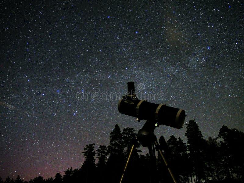 O céu noturno stars a observação imagens de stock royalty free