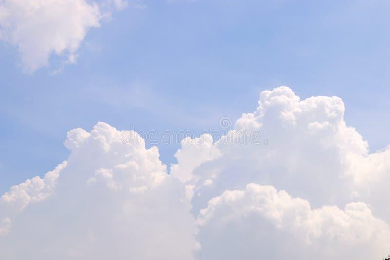 O céu, nuvem macia do céu azul com as nuvens macias grandes, azul-céu nubla-se o fundo, céu da paisagem da nuvem claro imagens de stock