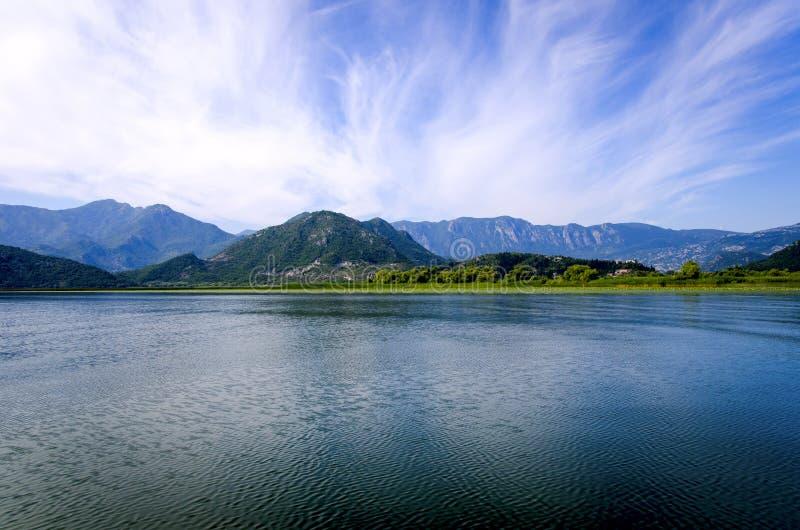 O céu sobre o lago Skadar montenegro imagem de stock