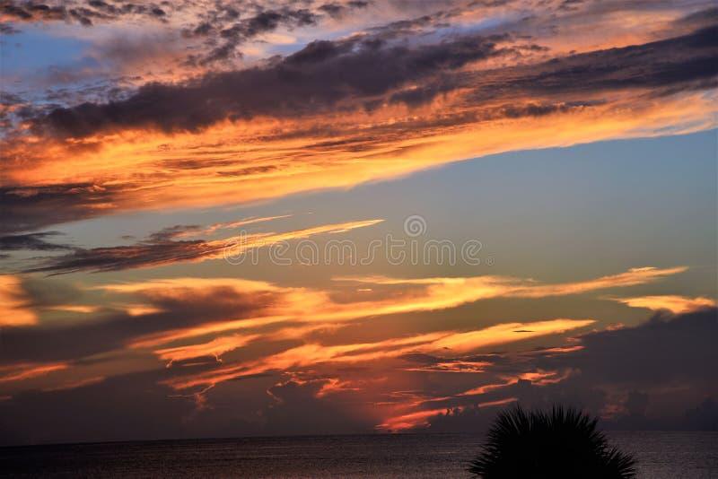 O céu sobre o oceano olha como uma pintura com suas cor e profundidade ricas fotografia de stock royalty free