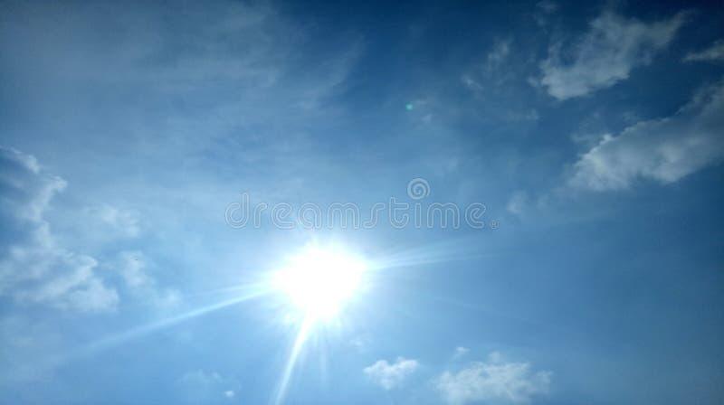 O céu Sun das nuvens irradia o dia ensolarado bonito afiado do brilho do sol dos raios brilhantemente com o papel de parede bonit fotografia de stock royalty free