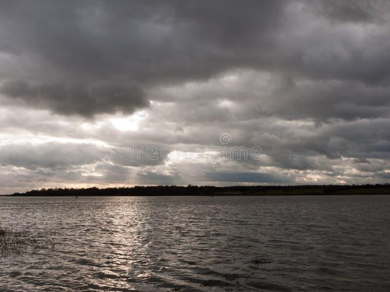 o céu temperamental nubla-se o estuário escuro cinzento do rio do oceano da baía do inverno do outono fotos de stock royalty free