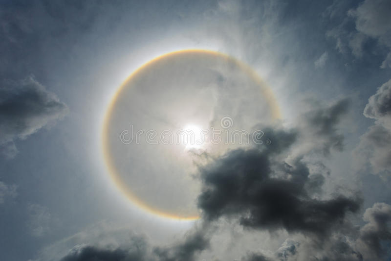 O círculo do milagre circunda em torno do sol na tarde em Tailândia fotografia de stock