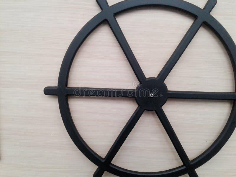 O círculo preto afrouxa o volante em épocas antigas imagem de stock