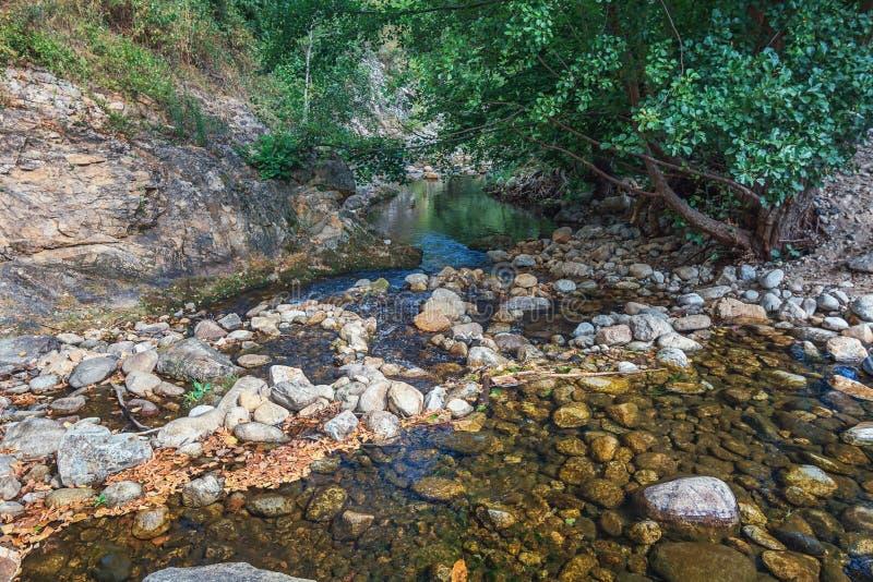 O córrego lateral rippling pequeno do rio de Ardeche foto de stock royalty free
