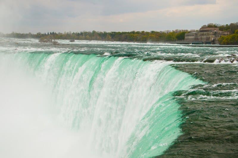 O córrego poderoso da água em Niagara Falls, Canadá imagem de stock royalty free