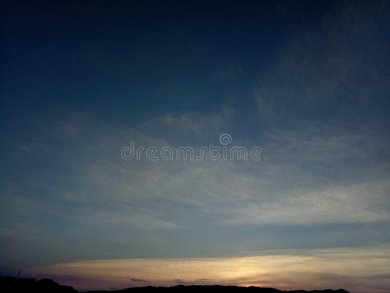 O c?u azul e as nuvens douradas no bonito imagens de stock royalty free