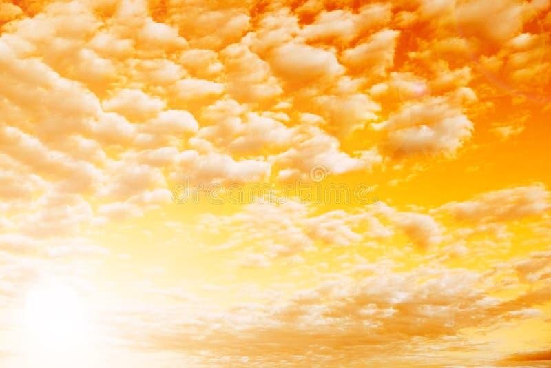 O c?u o sol atrav?s das nuvens Os raios do ` s do sol fazem sua maneira atrav?s das nuvens fotografia de stock