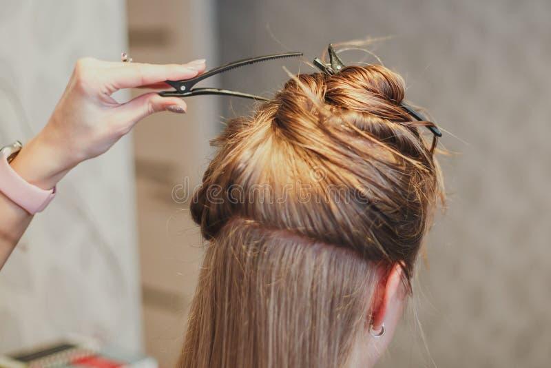 O cabeleireiro corta o cabelo imagem de stock