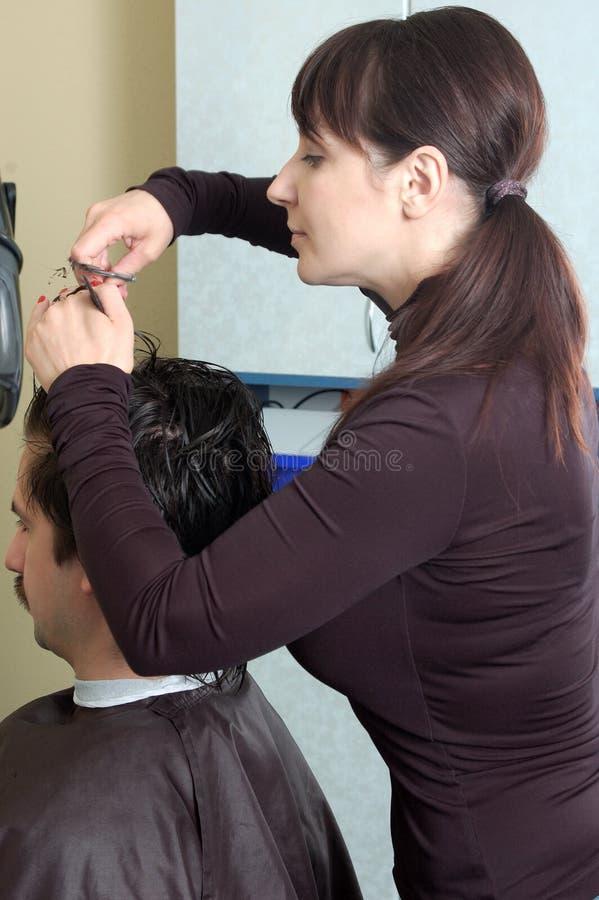 O cabeleireiro faz grampos aos homens fotos de stock