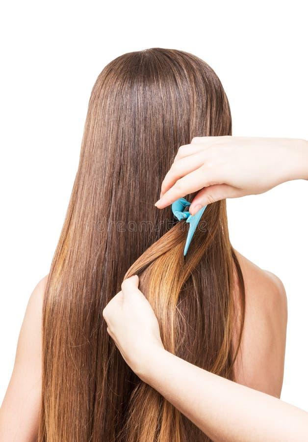 O cabeleireiro faz o penteado, cabelo longo isolado no fundo branco foto de stock royalty free