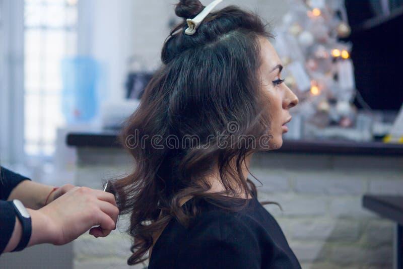 O cabeleireiro faz um cabelo fotografia de stock royalty free