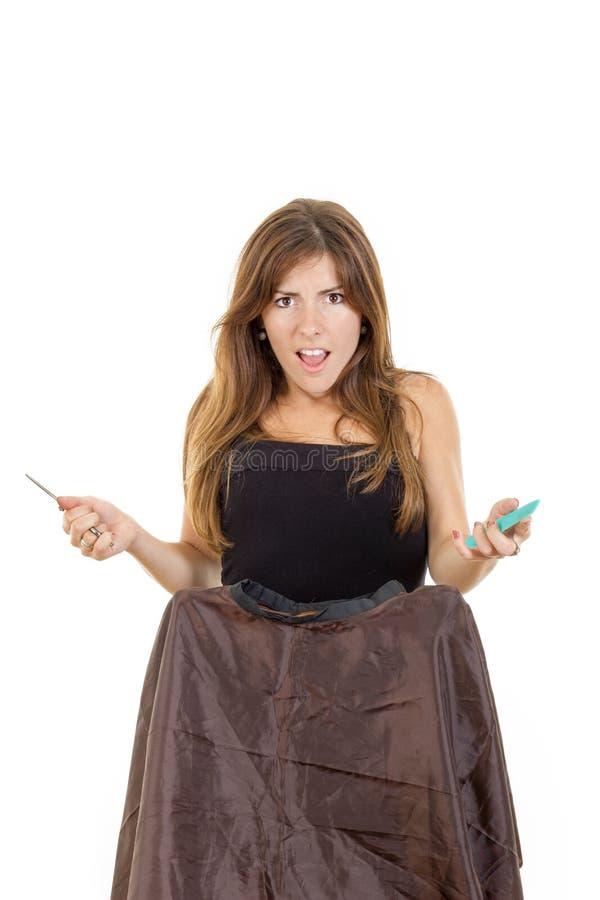 O cabeleireiro irritado da mulher com espera do pente e das tesouras impatien fotografia de stock royalty free