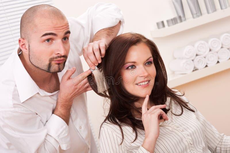 O cabeleireiro profissional escolhe a cor da tintura de cabelo imagem de stock