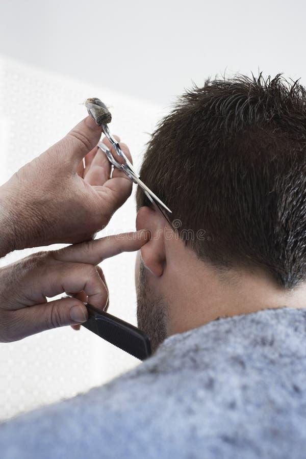 O cabelo de Cutting Man do cabeleireiro imagem de stock royalty free