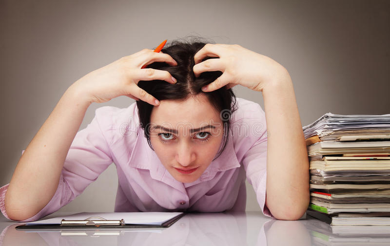 O cabelo de rasgo da mulher de negócios nova sobrecarregado para fora em frustrou imagens de stock