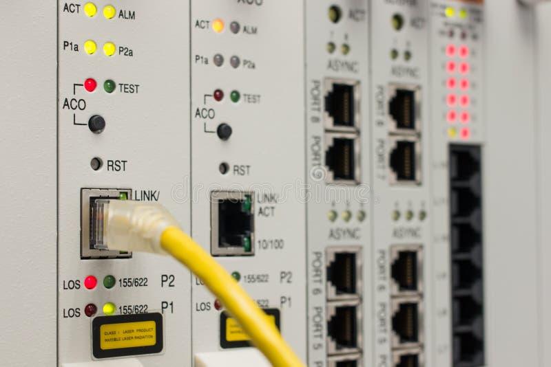O cabo da rede obstrui dentro o dispositivo imagens de stock