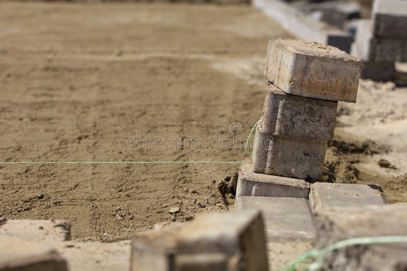 O cabo de nylon é esticado sobre uma superfície arenosa para a colocação subsequente de pavimentos foto de stock royalty free