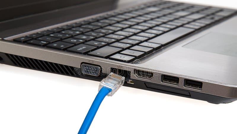 O cabo do Internet é conectado ao caderno imagem de stock royalty free