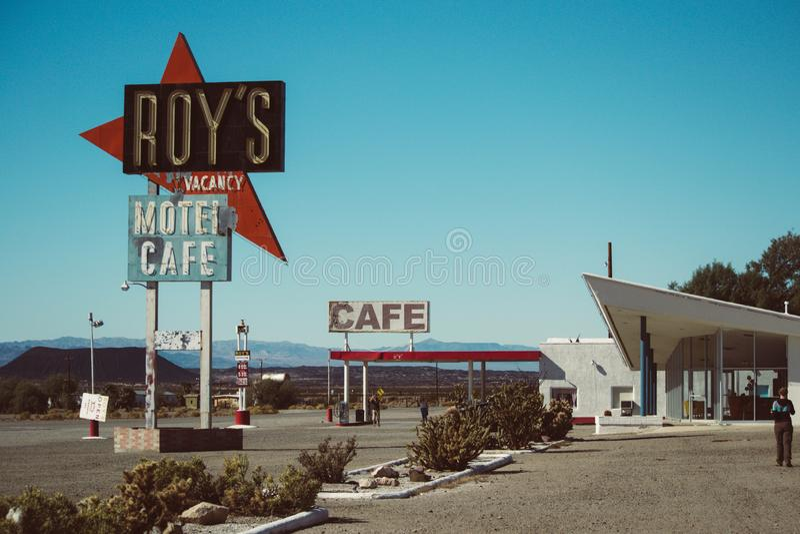 O Café e o motel de Roy em Amboy, Califórnia, Estados Unidos, ao lado de Route 66 clássico imagem de stock