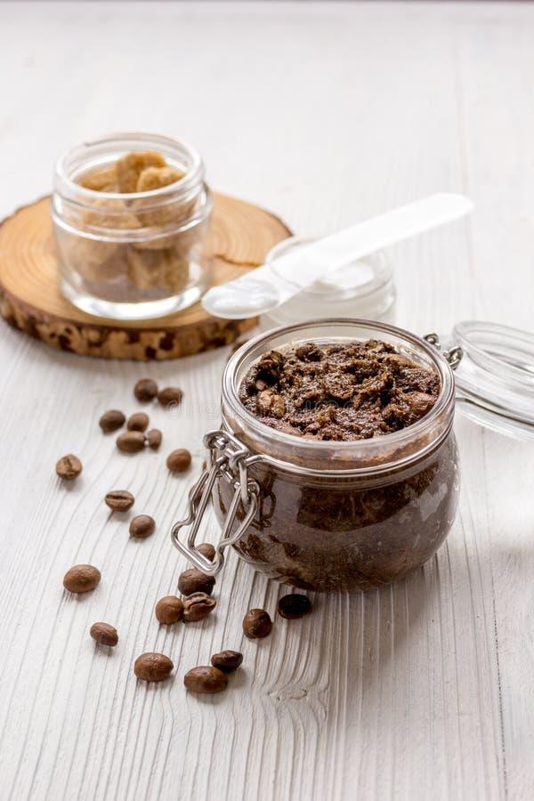 Download O Café-chocolate Do Frasco Esfrega Na Tabela De Madeira Imagem de Stock - Imagem de chocolate, banho: 80103053