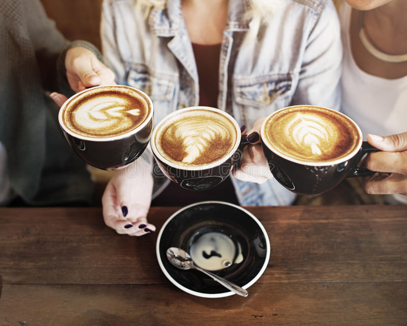 O café da apreciação dos amigos das mulheres cronometra o conceito fotos de stock