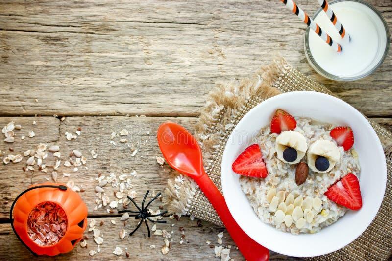 O café da manhã de Dia das Bruxas para o papa de aveia da farinha de aveia das crianças deu forma à coruja com st imagens de stock
