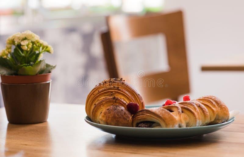 O café da manhã delicioso com rolo fresco da massa folhada encheu-se com o frui imagem de stock