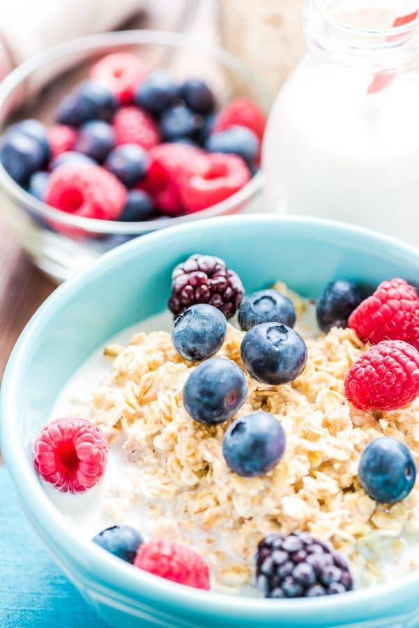 O café da manhã fresco, claro e saboroso com verão frutifica imagem de stock