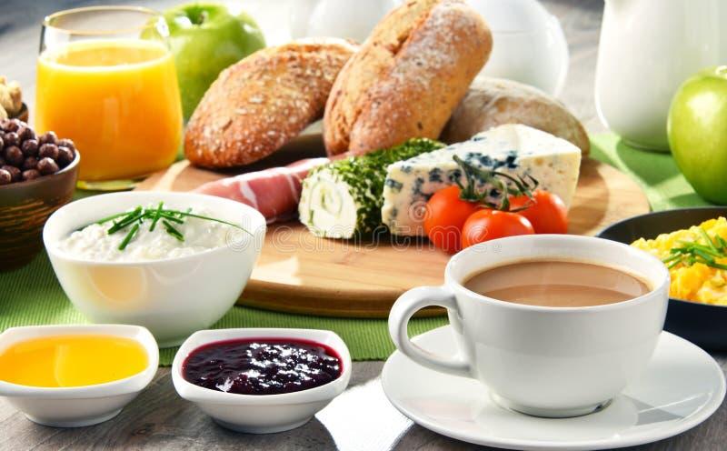 O café da manhã serviu com café, queijo, cereais e ovos mexidos imagens de stock royalty free