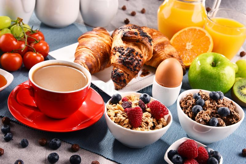 O café da manhã serviu com café, suco, croissant e frutos fotos de stock royalty free