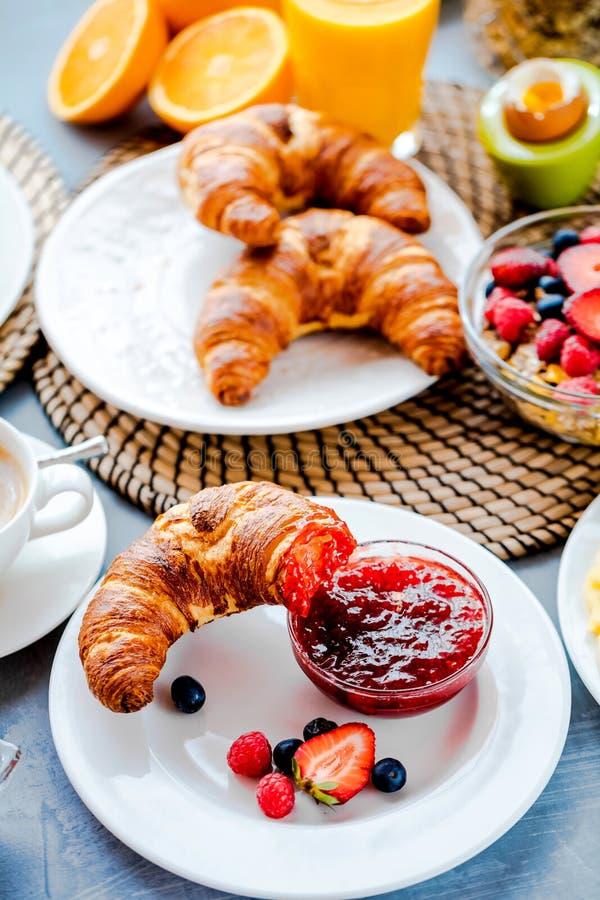 O café da manhã serviu com café, suco de laranja, croissant, cereais e frutos Dieta equilibrada imagem de stock royalty free