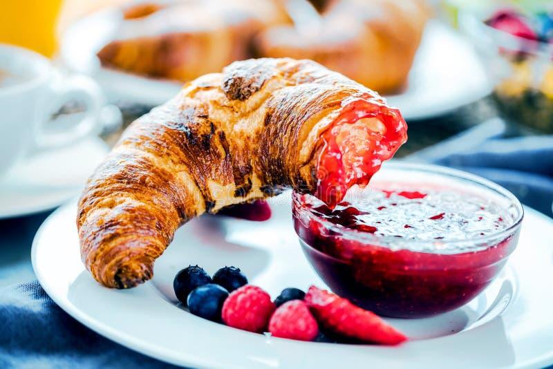 O café da manhã serviu com café, suco de laranja, croissant, cereais e frutos Dieta equilibrada fotografia de stock