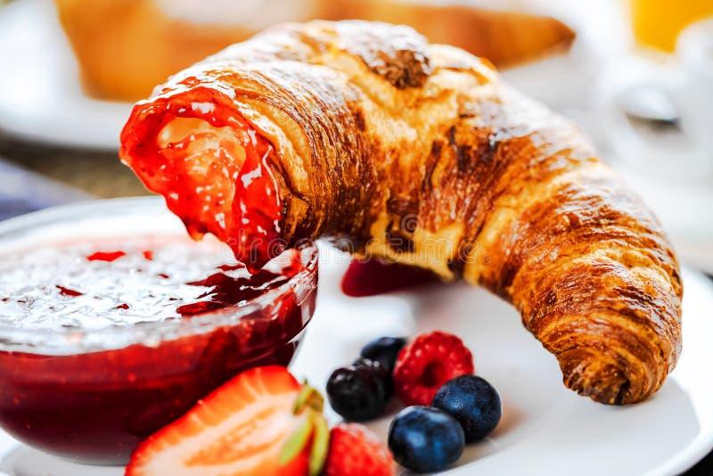 O café da manhã serviu com café, suco de laranja, croissant, cereais e frutos Dieta equilibrada imagens de stock royalty free