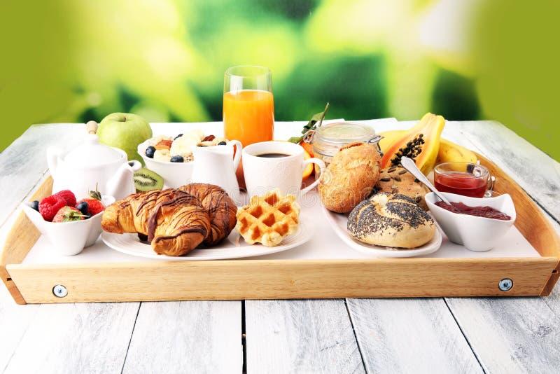O café da manhã serviu com café, suco de laranja, croissant e fruto imagens de stock