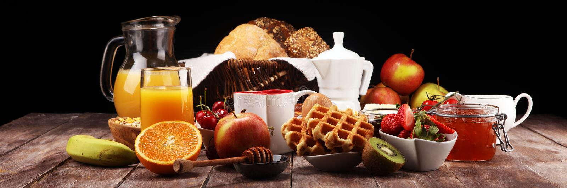 O café da manhã serviu com café, suco de laranja, croissant e morango, doce e chá Tabela de caf? da manh? imagens de stock
