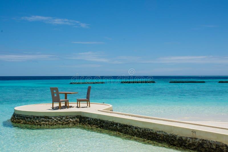 O café da manhã setup na praia tropical em Maldivas imagens de stock