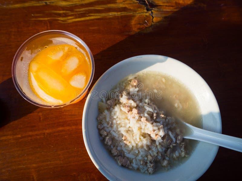 O café da manhã tailandês, congee do arroz misturou com a carne foto de stock royalty free