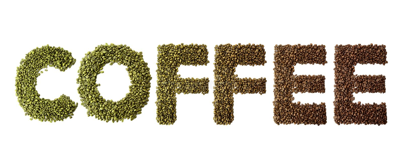 O café da palavra fez dos feijões de café roasted e verdes isolados no fundo branco imagens de stock