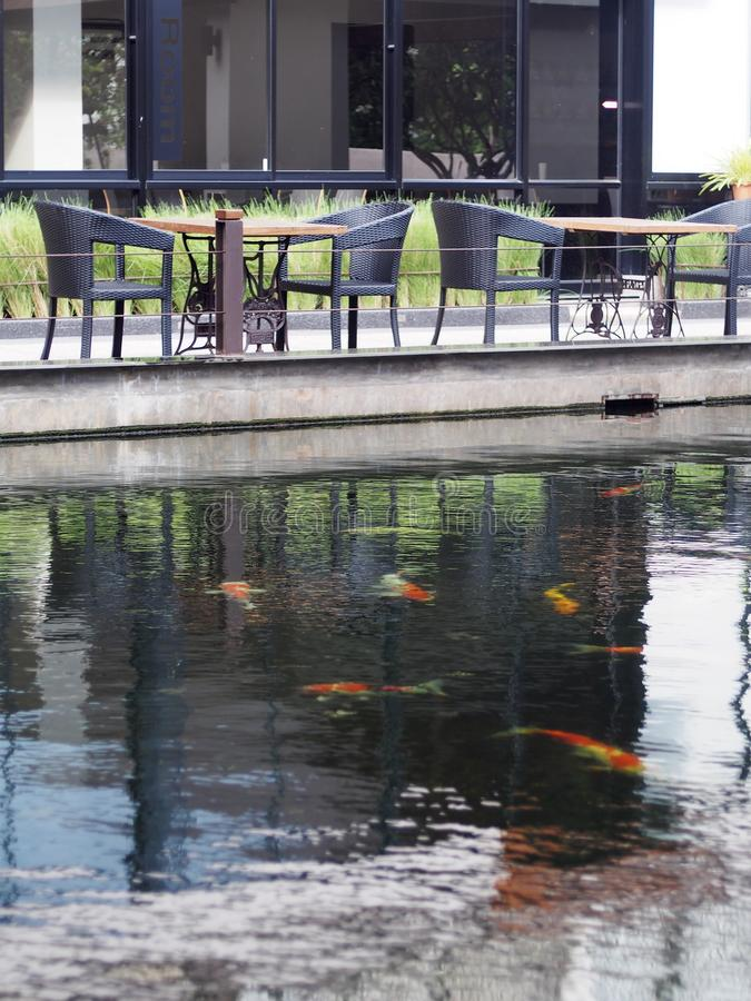 O café da piscina ou a tabela e as cadeiras de chá ajustaram-se exterior no jardim tropical fotos de stock royalty free