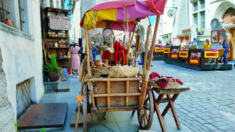 O café da rua do estilo de vida urbana, menina vende as amêndoas fritadas na cidade velha do curso de Tallinn à cidade velha Bált imagem de stock royalty free