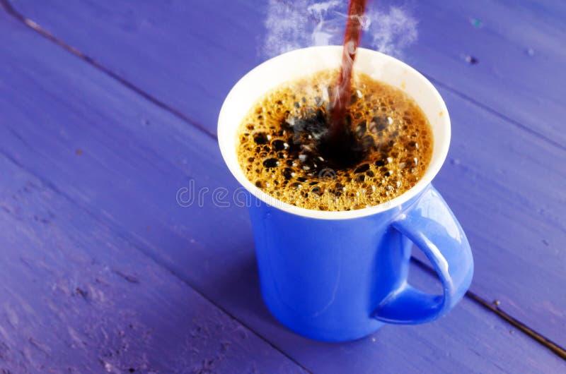 O café derrama o azul foto de stock royalty free